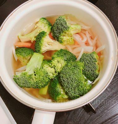 ⑥コンソメスープで他野菜と煮る